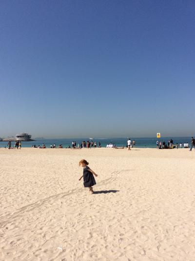 「魅惑のドバイ&アラビアンリゾートクルーズ」一人旅④☆子供の声が響く~平和なジュメイラビーチ♪そして、バージ・アル・アラブのランチ・レストランへ~(^_-)☆