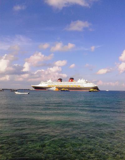 客船、ディズニー号。