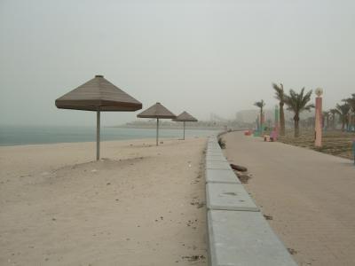 中東三カ国1泊5日(1)【クェート】 ひと気のない都会・・砂埃で遠くの高層ビル群が霞みます