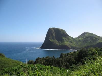 ハワイの風と出会う旅 11(緑の山々と赤土の大地に青い海)