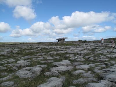 バレン高原のPoulnabrone dolmenと海沿いのDunguiare城