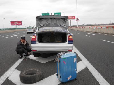 出張上海、空港からのタクシー、高速道路でパンク。タイヤ交換する。