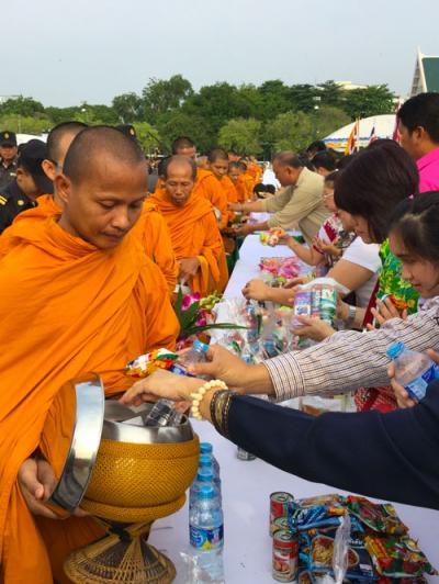 タイ正月の元旦、王宮前広場で開催された托鉢式典に参加してみた
