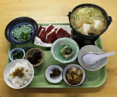 小学校を改装した東吉野ふるさと村食堂いちえでぼたん鍋定食を頂く