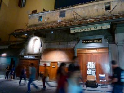 フィレンツェ「ヴェッキョ橋の宝石店」店仕舞いの後も結構ムードがあります