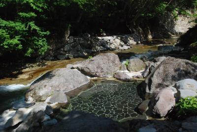 川床の甌穴から温泉が湧き出る秘湯「二岐温泉」(福島)