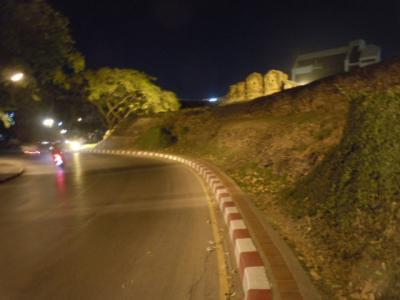 チェンマイ日記 2月14日 ④ 夜道の散策・・・