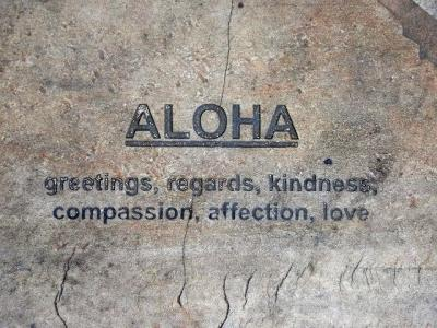 ハワイロングステイ:ワイキキの歩道に色々な言葉など
