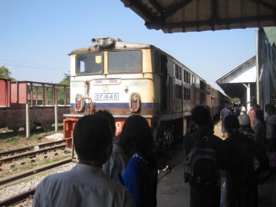 2015 バゴーからヤンゴンへの帰路はすんごく年代を感じる鉄道を使ってみました!