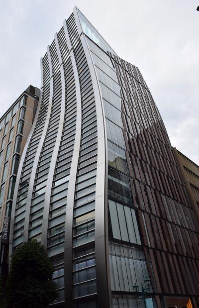 【東京散策33】高級ブランド店が立ち並ぶ銀座のアートな建物の昼と夜を散策しました