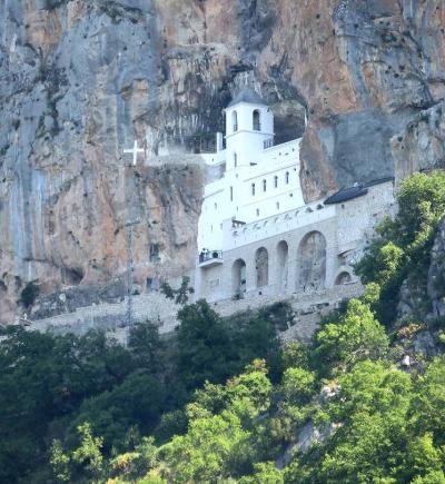 団塊夫婦の東欧・バルカン半島4000キロドライブ旅行−(23)モンテネグロ1・岩壁に建てられた聖地・オストログ修道院へ