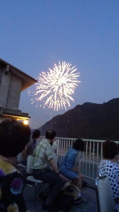 約3万発 長良川花火大会(05) 鵜匠の家 すぎ山屋上で花火が始まるのを待ちます。