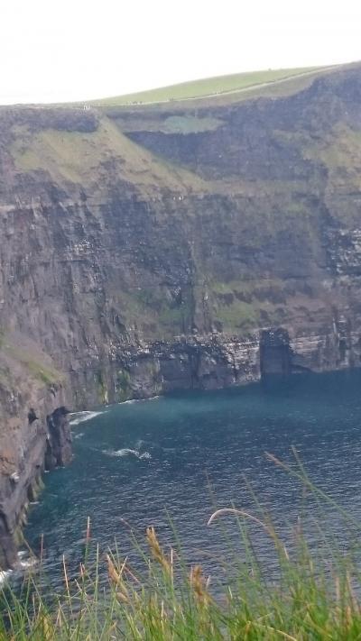 紺碧の海に険しくそそり立つ美しい眺めに魅せられた・・・モハーの断崖・・・レンタカーで走るアイルランド