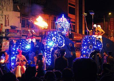 灼熱と豪雨、そして笑顔のスリランカ(11) 炎のダンスとゾウの大行進~キャンディのエサラ・ペラヘラ祭