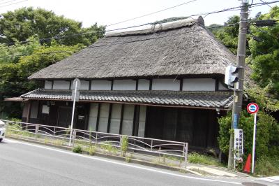 善福寺斜向かいの萱葺き屋根の民家(大磯町高麗2)