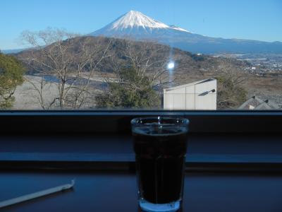 富士山を望む絶景を見ながらのコーヒータイム(富士川サービスエリア)