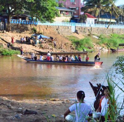 ラオス国境からミャンマー国境、密入国?友好橋の下に渡し舟、メーソート