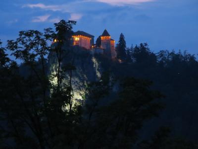 2015年夏【5】ANAビジネスクラスで行くアドリア海のきらめきと美しき街々を訪ねるスロヴェニア・クロアチア紀行(断崖の闇に幻想的に浮かび上がるブレッド城)