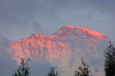 青い空と白い山と湖面に映るのマッタホルンを眺めトレッキング スイス No3
