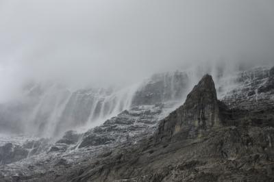 アイガー北壁真下を歩く 北壁全体に何本もの小さな滝が現れる感動的な光景 No8