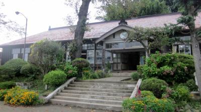 ノスタルジックな雰囲気が漂う木造校舎の前に立って思う事~(NHK花子とアンの撮影場所)