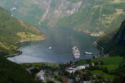 ノルウエーフィヨルドドライブ1700km 14-GeirangerからFlydalsjuvet展望台を経てDjup湖,Dalsnibbaへ
