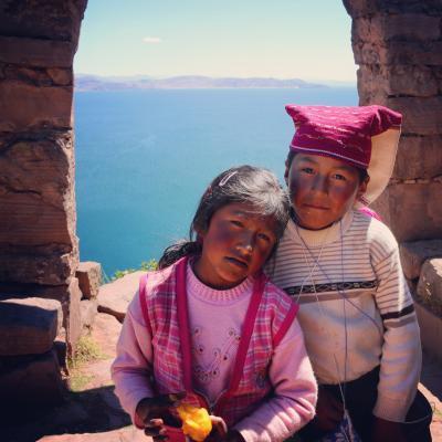 南米 ペルーの旅 6 :   チチカカ湖に浮かぶ トトラで作った ウロス島、織物文化のタキーレ島 観光   編