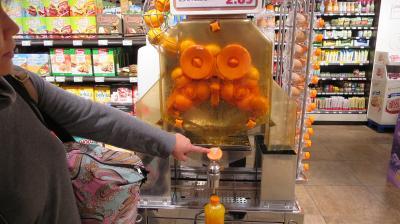 北欧とタリンの旅(2) ウィーン空港で発見!! 生ジュースを作るオレンジの絞り器だ~