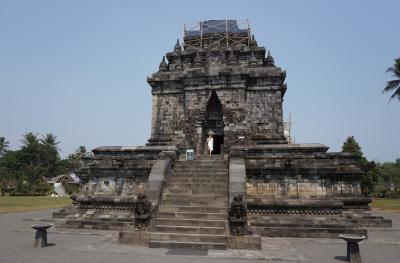 ガジュマルのある遺跡ムンドゥッ寺院、宿坊はミステリアス インドネシア・シンガポールの旅3-4