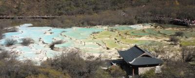 もうチベット。中国奥地の絶景世界遺産、黄龍。標高3500mのエメラルドグリーンの千枚棚湖面がまばゆい。