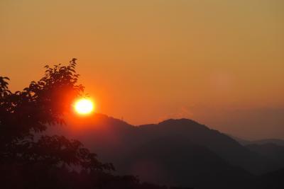 高尾山ビヤーカーデンの夕日と景色