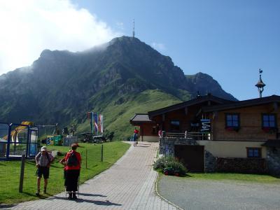 オーストリアのチロル&エーアヴァルト、ドイツのバイエルンの旅 【23】 ザンクト・ヨハンの頂上駅からキッツビューラーホルンを見上げて