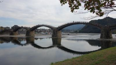 錦帯橋はめがね橋。上流から見ると水が静かできれいな反射がたのしめます。