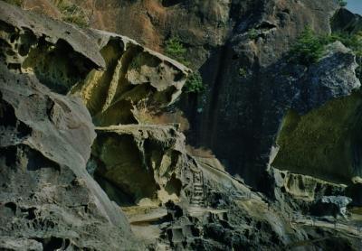 日本最古の墓所と東洋のスフィンクスと岩の波