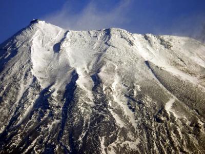 01.冬の三島の散歩道 新幹線の車窓からの雪化粧をした富士山