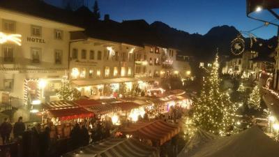 光溢れるグリュイエールのサン・ニコラ祭とクリスマス・マーケット【スイス情報.com】