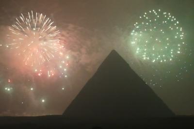 ギザ 7(ピラミッド新年の花火・歩いて3大ピラミッド見物 : ▲は「変だ!」 →帰国)