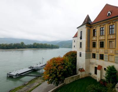 ウィーン職員旅行9-Durnstein Gasthaus Durnsternerhofで昼食 聖堂参事会修道院教会