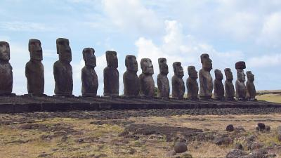 絶海の孤島イースター島に佇む神秘のモアイ像