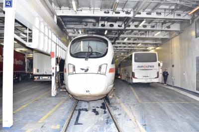 渡り鳥  列車ごとフェリーに乗りこむ国際列車