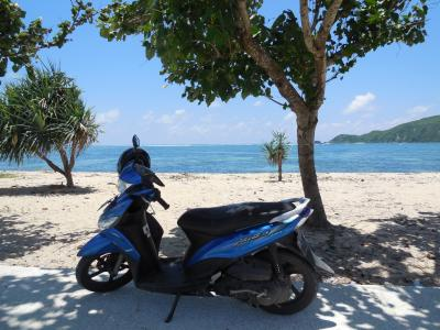 バイクに乗ってロンボク島の白砂で碧海な美しいクタビーチとタンジュアンビーチに行く