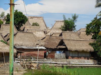 ロンボク島のササッ人の伝統的な集落をぶらぶら