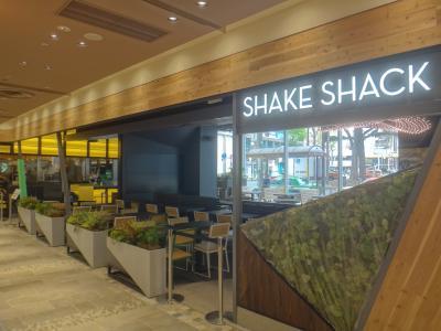 2016年4月15日、『アトレ恵比寿西館』がオープン! NYで有名なハンバーガー店【Shake Shack(シェイク シャック)】恵比寿店の待ち時間、限定シャンパン付きフォアグラバーグ(1,680円)を求め【Le Bar a Vin 52】、パリバゲットコンクールで優勝した【ル・グルニエ・ア・パン】、ルーフトップ【シロノニワ】でカフェ、山本宇一氏プロデュースのビストロ【サントロペ】など恵比寿・代官山グルメブログ