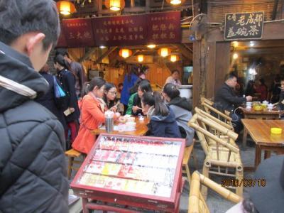 成都の3日間(9)寛窄巷子を見終わってレストランへ。