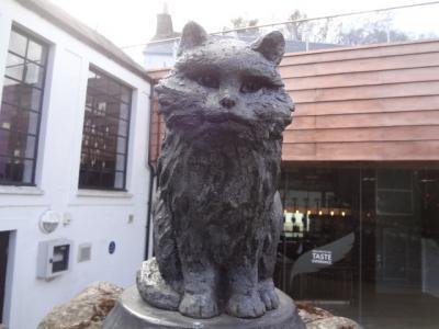 2016年英国紀行-9-エジンバラ発ツアー、グレンタレット蒸留所でウイスキー猫と会う