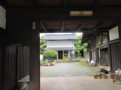 顕鏡寺の白蓮さんと石老山(2)参道入り口の旧家の前で。