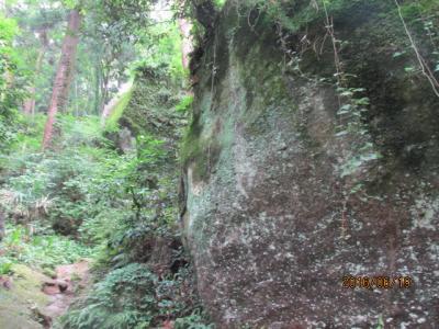 顕鏡寺の白蓮さんと石老山(4)巨岩の参道。
