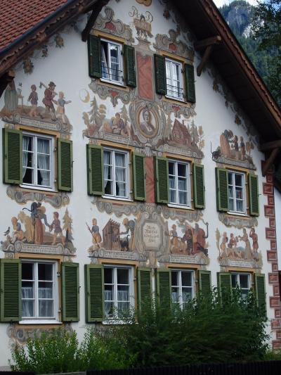 オーストリアのチロル&エーアヴァルト、ドイツのバイエルンの旅 【79】 見事な壁絵が溢れるオーバーアマガウの町並み