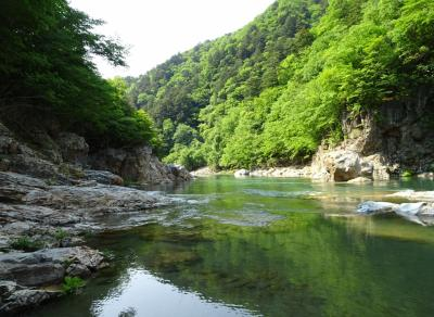 龍王峡自然研究路を歩き、虹見の滝やエメラルドグリーンの川を眺める時間/栃木・日光