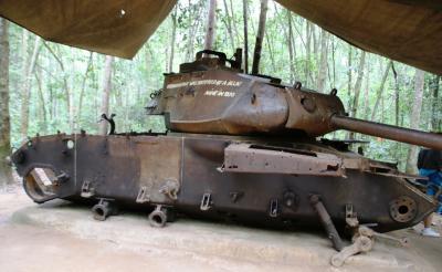 ベトナム軍の地下豪があるクチでマシンガンの実弾射撃を初体験